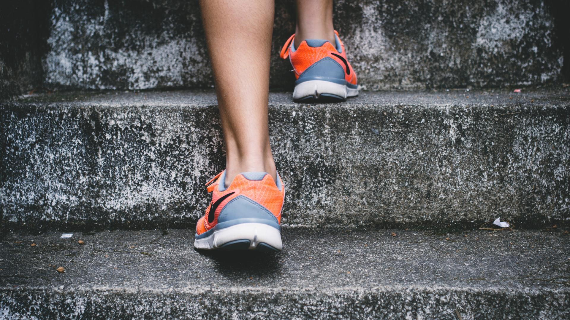 Treppen steigen ist Bewegung im Alltag.